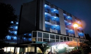 Vue extérieure nocturne de l'hôtel Dasamo de Viserbella de Rimini