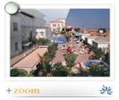 Vue panoramique de la piscine et de la plage de l'hôtel Diana de Viserbella de Rimini