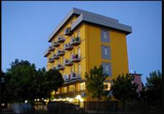 Vue extérieure nocturne de l'hôtel Viking de Viserbella de Rimini